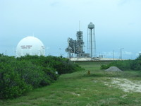 LC-39A with the liquefied hydrogen tank in the foreground and some structures left over from the Space Shuttle era. For safety, the liquefied oxygen tank is kept on the other side.