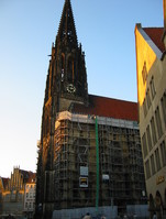 One of the buildings in the background has a design that is common in Münster and which is also realized in the city hall. This architecture inspired the Münster / CEOI 2003 logo.
